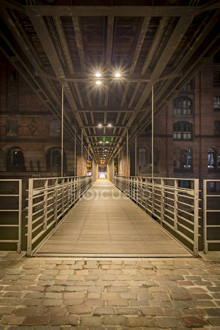 Pedestrian Bridge between Speicherstadt and Hafencity at night, Germany, Hamburg — Stock Photo