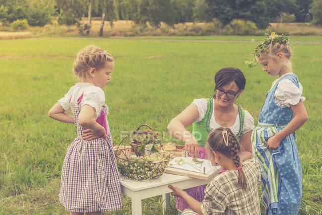 Три маленьких дівчаток і їх вихователем у традиційний одяг на Луці — стокове фото