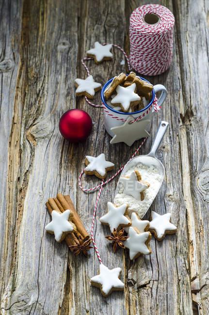 Estrelas de canela caseira, pá de farinha, especiarias e bugigangas vermelhas de Natal — Fotografia de Stock