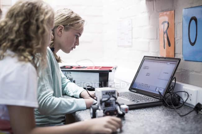 Due studentesse con il computer portatile di apprendimento in classe di robotica — Foto stock