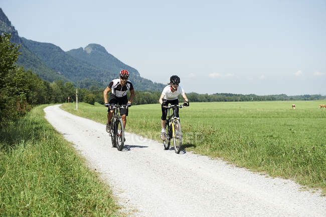 Austria, Kranzhorn, Couple mountain biking — Stock Photo