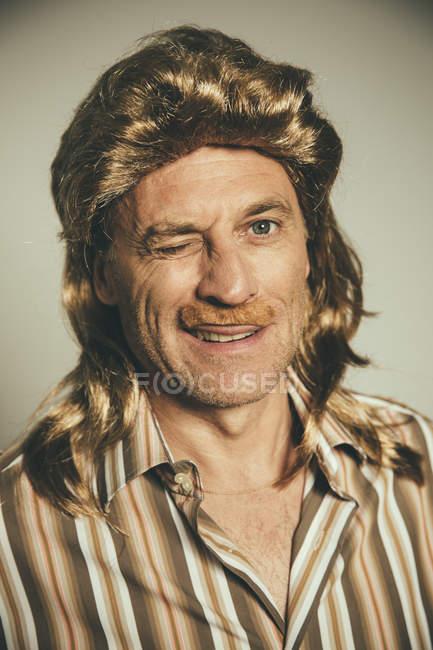 Porträt des lidschlages Mann mit Perücke und gefälschte Schnurrbart — Stockfoto