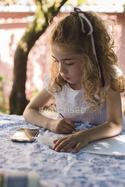 Little girl drawing a picture from smartphone — Stock Photo