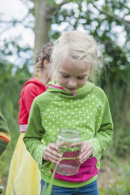 Lächelnde Kinder Würmer in der Natur sammeln — Stockfoto