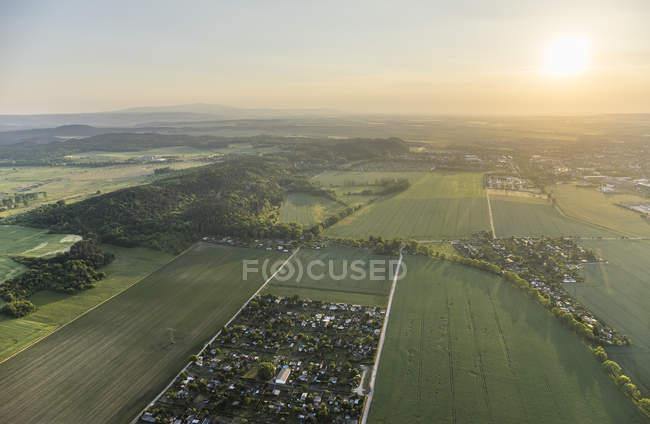 Alemania, vista aérea de la parte delantera de Nothe Harz con cordillera baja de Harz en el fondo - foto de stock