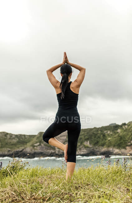 Espagne, Asturies, Gijon, femme, faire du yoga en plein air — Photo de stock