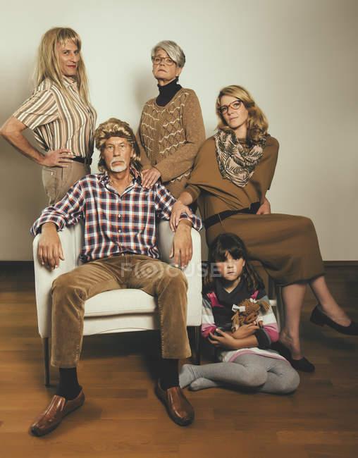 Portrait de famille habillé comme dans les années 80 — Photo de stock
