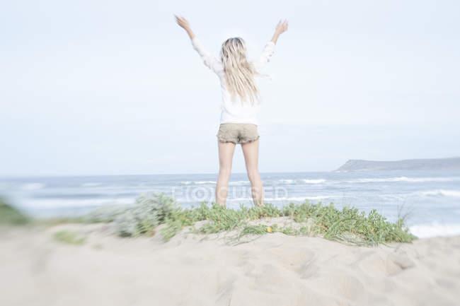 Rückansicht der Frau stehen am Strand Düne am schönen Natur — Stockfoto
