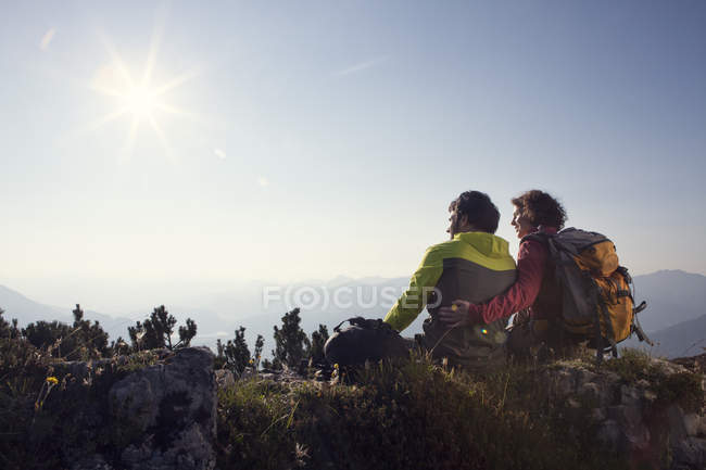 Austria, Tyrol, Unterberghorn, two hikers resting in alpine landscape — Stock Photo