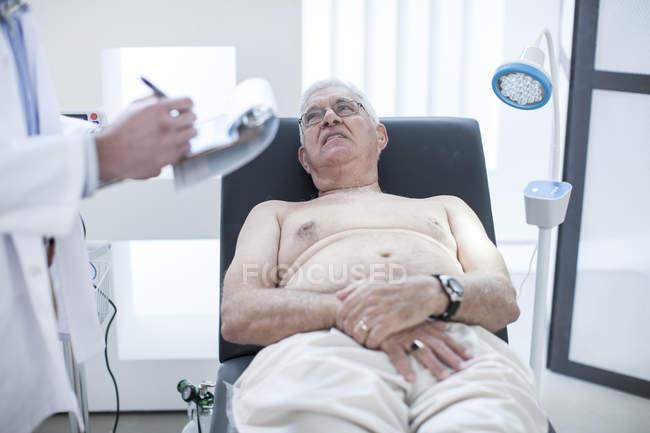 Senior man doing check up in hospital — Stock Photo