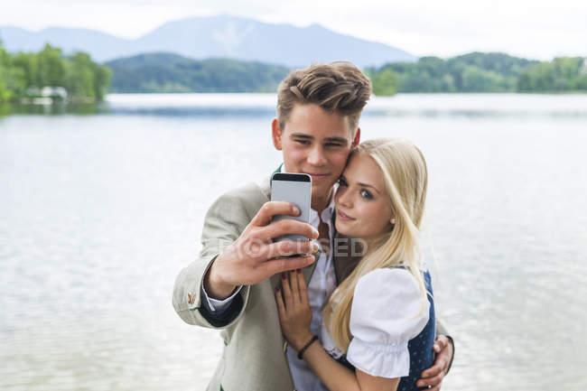 Germania, Baviera, giovane coppia che si fa un selfie davanti allo Staffelsee — Foto stock
