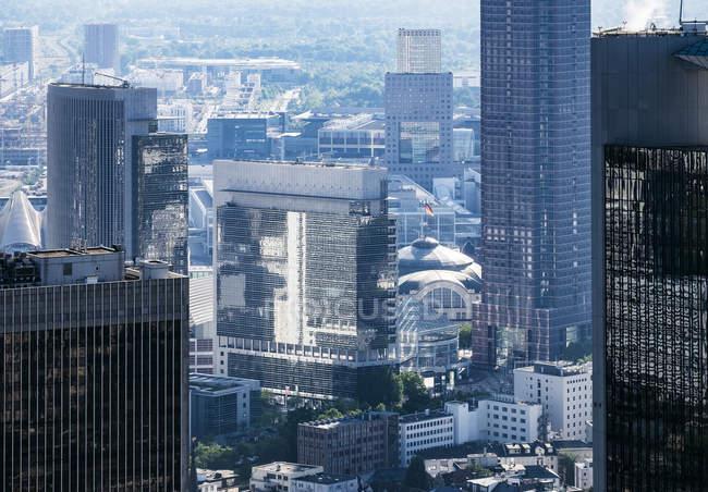 Alemania, Fráncfort, distrito financiero visto desde la torre principal vista aérea - foto de stock