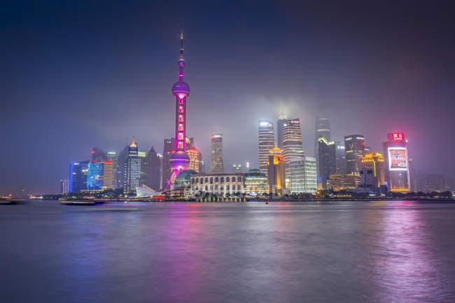Китай, Шанхай, освітлена Skyline Pudong в дощ, уночі — стокове фото