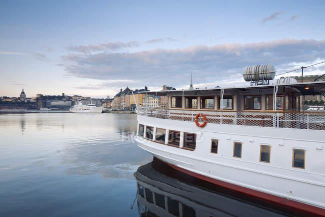 Svezia, Stoccolma, vista su Gamla Stan, Tour in barca sull'acqua — Foto stock