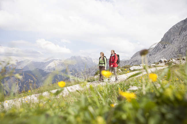 Alemania, Baviera, pareja senderismo en Osterfelderkopf - foto de stock