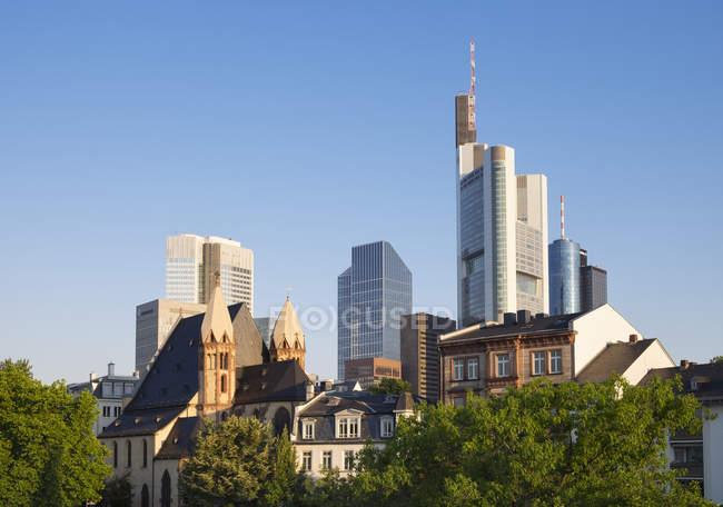 Alemania, Hesse, Fráncfort del Meno con la iglesia de San Leonard y el distrito financiero - foto de stock