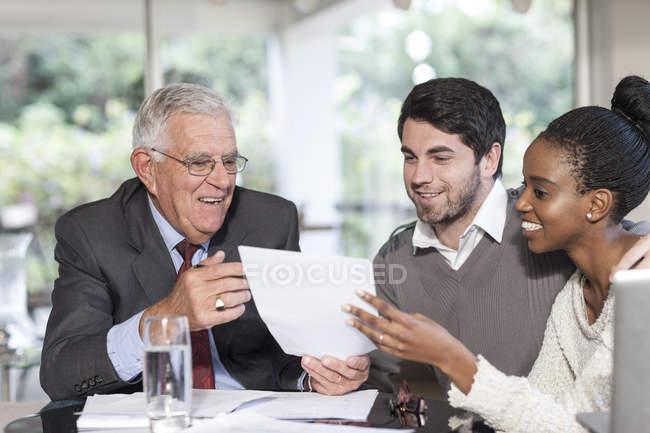 Молодая пара встречается с продавцом — стоковое фото