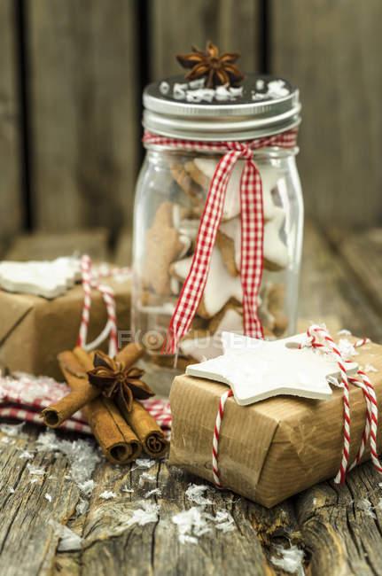 Presenta tarro conservador de Navidad y estrellas de canela casero - foto de stock