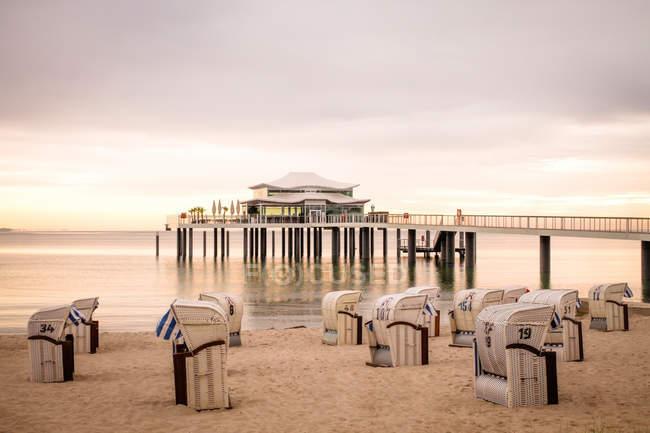 Blick zum Timmendorfer Strand mit Kapuzen Strandkörben und Seebrücke, Niendorf, Deutschland — Stockfoto
