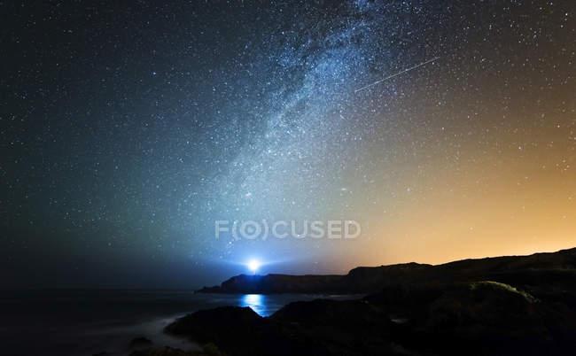 Spain, Valdovino, starry sky with milky way and shooting star above the Galician coast — Stock Photo
