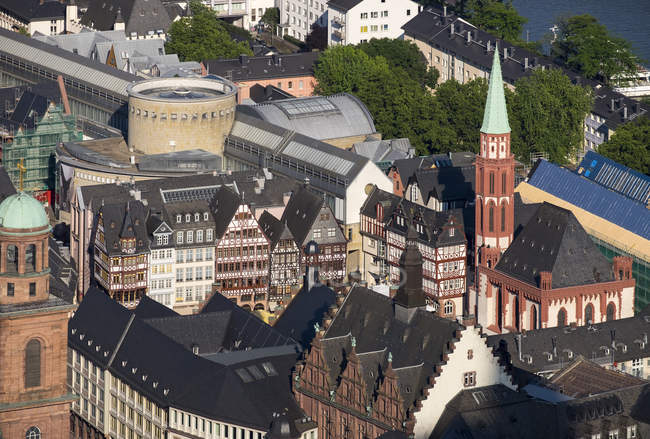 Allemagne, Francfort, Roemerberg, Vieille église Saint-Nicolas et maisons à colombages — Photo de stock