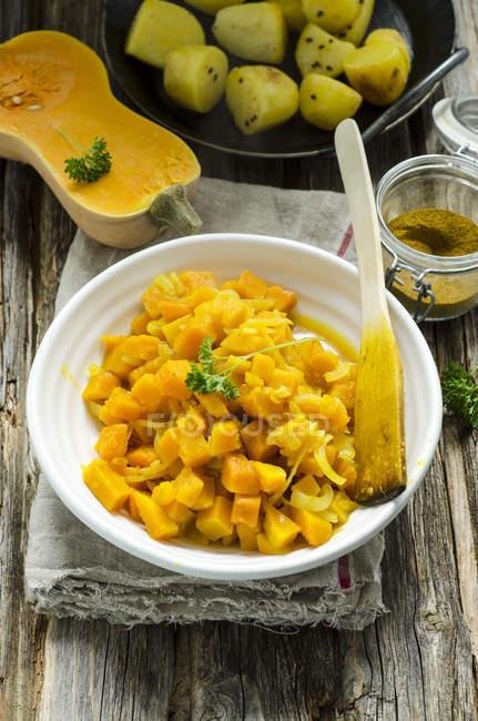 Butternut-Kürbis, Gemüse, Bratkartoffeln und curry — Stockfoto
