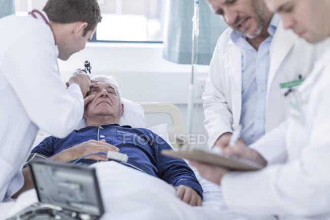 Ärzte untersuchen einen Patienten im Krankenhaus — Stockfoto