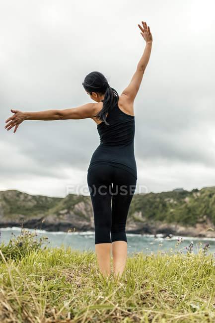 Spanien, asturien, gijon, frau macht yoga im freien — Stockfoto