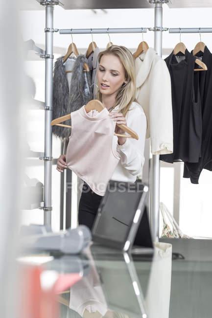 Donna Shopping per i vestiti — Foto stock