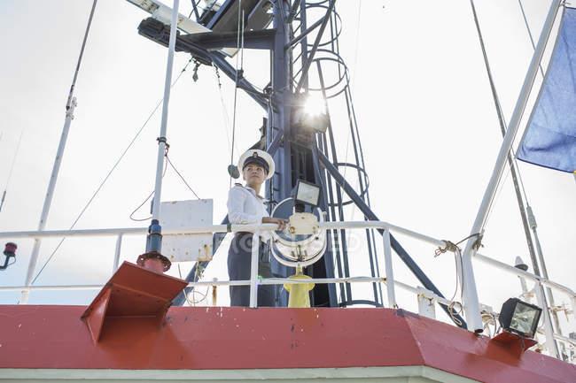 Oficial de cubierta de pie en la cubierta del buque - foto de stock