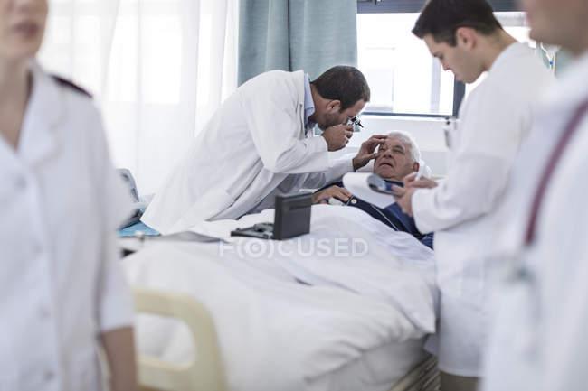Médicos examinar um paciente num hospital — Fotografia de Stock