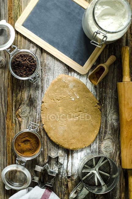Підготовка кориці зірок над деревної поверхні — стокове фото