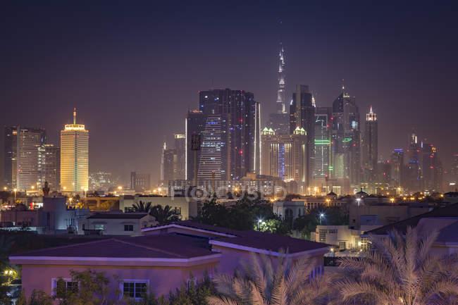 Объединенные Арабские Эмираты, Дубай, вид города Дубай с Бурдж Халифа в ночное время — стоковое фото