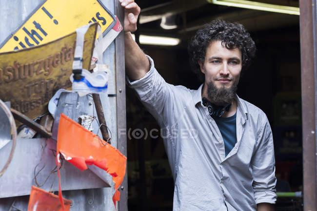 Молода людина з бородою підборіддя на альтернативні технічні приміщення — стокове фото