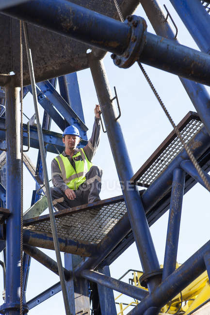 Homem caucasiano adulto trabalhando a bordo de um navio — Fotografia de Stock