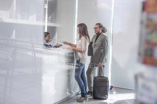 Empresários no lobby do hotel — Fotografia de Stock
