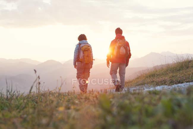 Austria, Tyrol, couple hiking at Unterberghorn at sunrise — Stock Photo