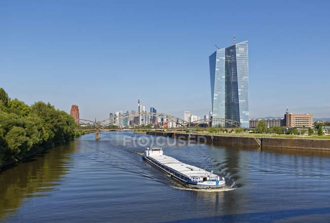 Німеччина, Франкфурт, переглянути вантажного судна на річку Майн з Європейського Центрального банку у фоновому режимі — стокове фото