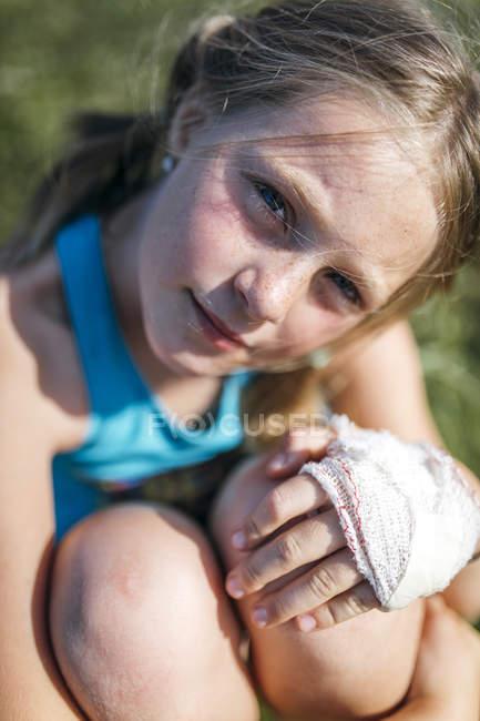 Portrait de fille blonde avec bandage de gaze sur la main — Photo de stock