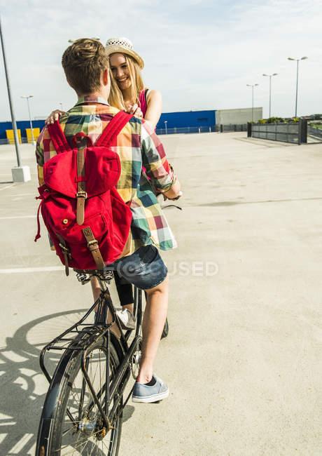 Счастливая молодая пара вместе на велосипеде — стоковое фото