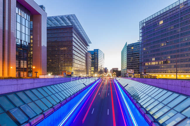 Bélgica, Bruxelas, European Quarter, Berlaymont edifício certo, Rue de la Loi à noite — Fotografia de Stock