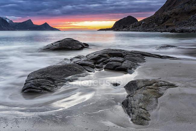 Coucher du soleil de Norvège, îles Lofoten, à la côte de Utakleiv — Photo de stock