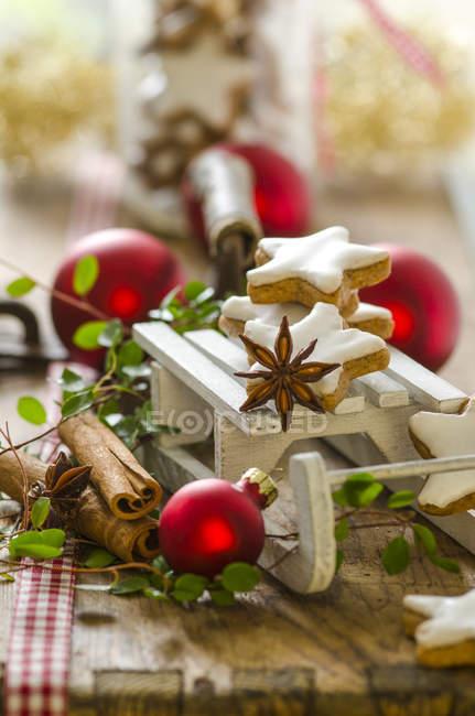Decoración de Navidad con estrellas de trineo y canela miniatura - foto de stock