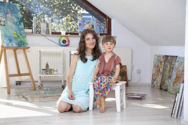 Портрет художника и маленького сына в студии — стоковое фото