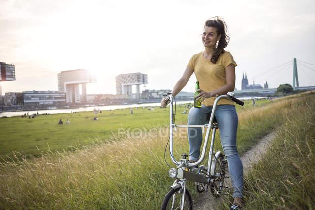Femme avec vélo sur Prairie — Photo de stock