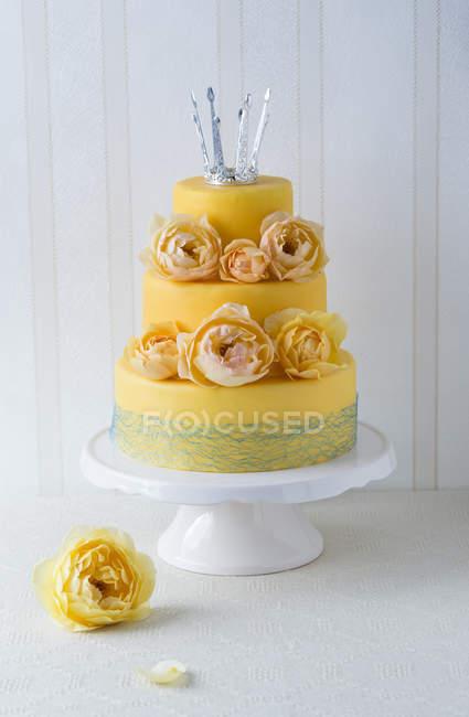 Фантазії торт, покритий помадки прикрашені троянда розквітає і мало корони — стокове фото