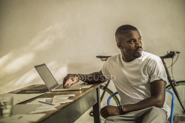 Людина, використовуючи ноутбук у студії — стокове фото