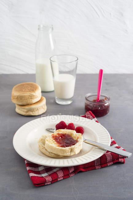 Toasties mit Erdbeer-Himbeer-Marmelade und ein Glas Milch — Stockfoto