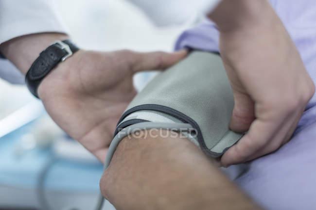 Arzt, messung des blutdrucks — Stockfoto