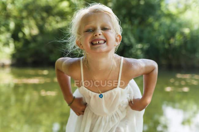 Retrato de menina loira com vestido molhado em um lago — Fotografia de Stock